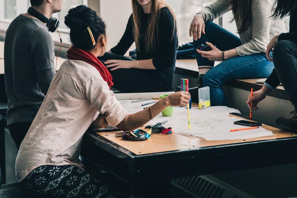 Tyrimas atskleidė: studentai atsisako paruoštukių, o dėstytojai vis dar reikalauja pakišų